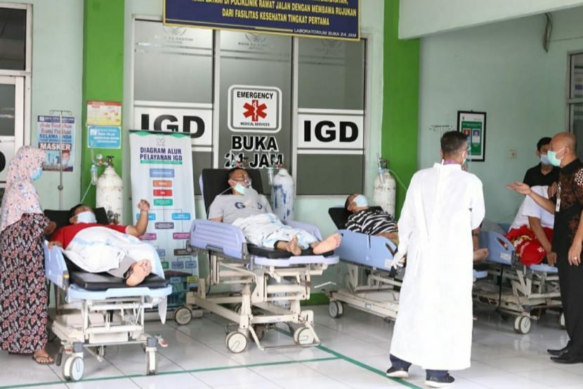 Pasien suspect Covid-19 yang tidak mendapatkan tempat perawatan karena BOR penuh dan ditempatkan di luar ruangan IGD RSUD Kartini, Kabupaten Jepara, Jawa Tengah, Selasa (15/6).