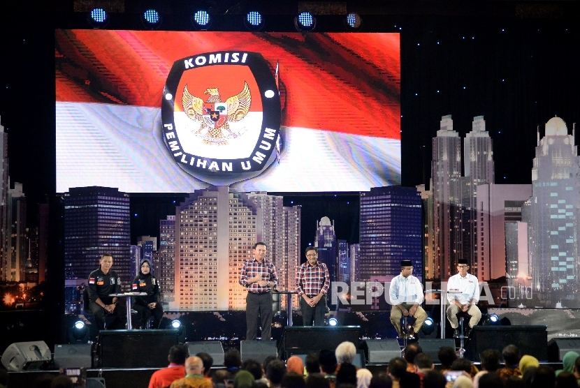 Paslon Cagub dan Cawagub DKI Jakarta Agus Harimurti Yudhoyono-Sylviana Murni, Basuki Tjahaja Purnama-Djarot Saiful Hidayat dan Anies Baswedan-Sandiaga Uno saat mengikuti debat publik perdana di Jakarta, Jumat (13/1) malam