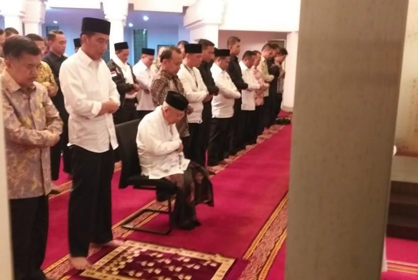 Paslon capres-cawapres Jokowi-Ma'ruf melaksanakan shalat maghrib berjamaah di Kompleks Istana Merdeka sebelum menuju lokasi debat.