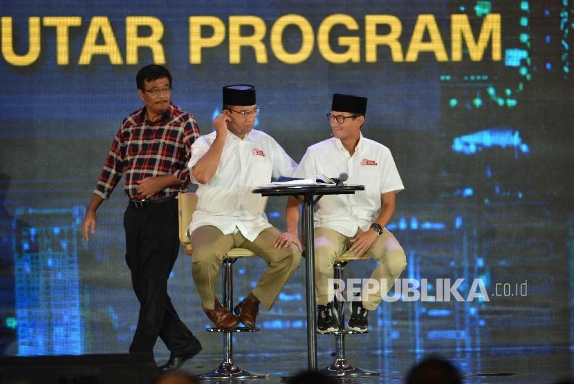 Paslon Cawagub DKI Jakarta nomor urut 2 Djarot memperhatikan Paslon nomor urut 3 Anies-Sandi yang akan memberikan pemaparan saat mengikuti final debat pasangan calon di Jakarta, Jumat (10/2).