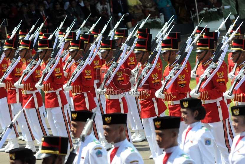 Paspampres mengiringi Pasukan Pengibar Bendera Pusaka (Paskibraka) saat upacara peringatan Kemerdekaan RI ke-68 di Istana Merdeka, Jakarta, Sabtu (17/8). (Republika/Aditya Pradana Putra)