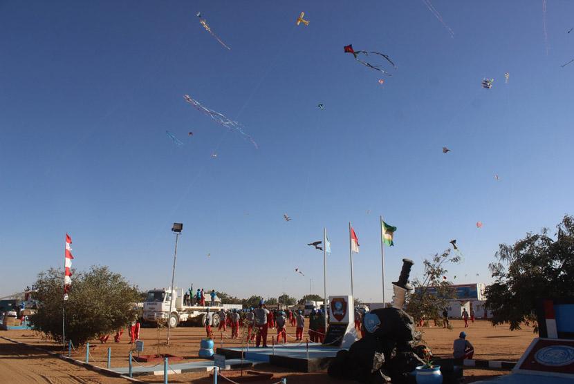 Pasukan Garuda yang tergabung dalam Satgas Batalyon Komposit TNI Konga XXXV-B/Unamid atau Indobatt 02, yang tengah bertugas sebagai Pasukan Penjaga Perdamaian PBB menggelar acara Festival Layang-Layang di Garuda Camp, Darfur, Sudan.