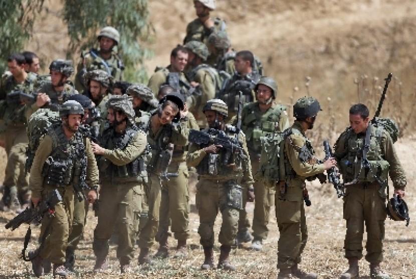 Pasukan infanteri Israel berjaga di perbatasan Israel dan Jalur Gaza pada Sabtu (12/7).