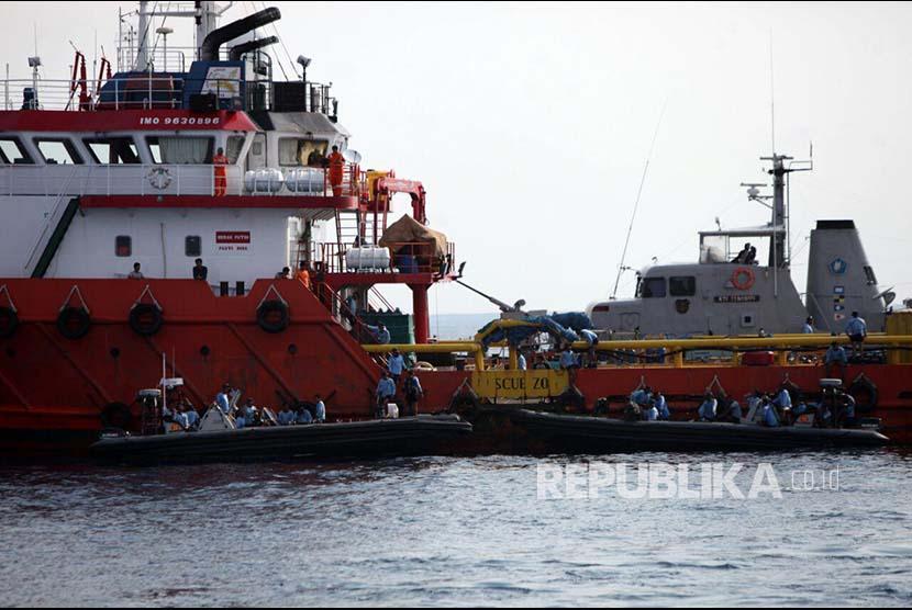 Pasukan katak yang tergabung pada Tim SAR Gabungan memindahkan barang temuan dari lokasi diduga tempat jatuhnya Pesawat Lion Air JT 610 di perairan Laut Jawa.