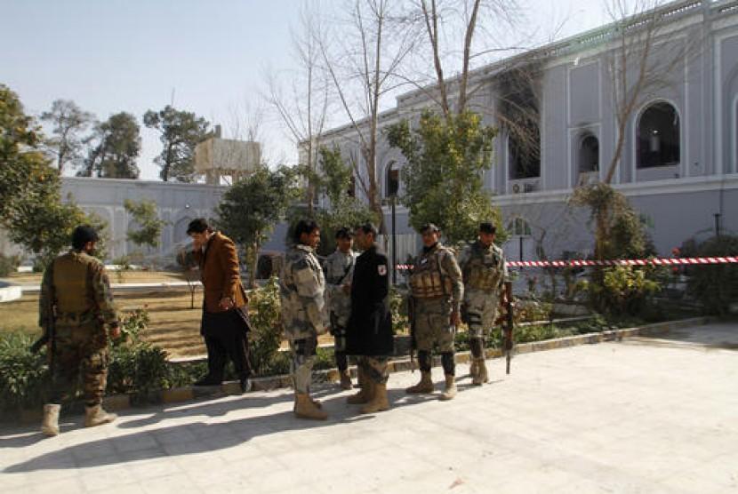 Pasukan keamanan Afghanistan berada di penginapan Kandahar, Afghanistan setelah ledakan pada Rabu, 11 Januari 2016.