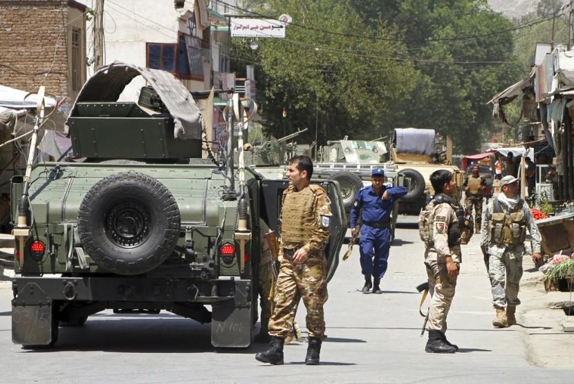 Pasukan keamanan Afghanistan berjaga usai bom bunuh diri di Jalalabad, Selasa (31/7). Setidaknya 15 orang tewas akibat peristiwa itu.