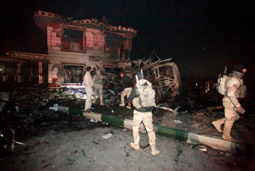Pasukan keamanan Irak berada di lokasi serangan bom bunuh diri menggunakan truk di sebuah pom bensin di kota Hilla, selatan Baghdad, Irak, pada Kamis (24/11).