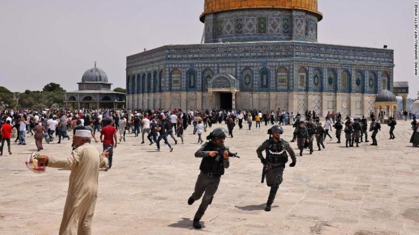 Pasukan keamanan Israel dan jamaah Palestina bentrok di Kompleks Masjid al Aqsa di Yerusalem pada hari Jumat lalu (18/6).