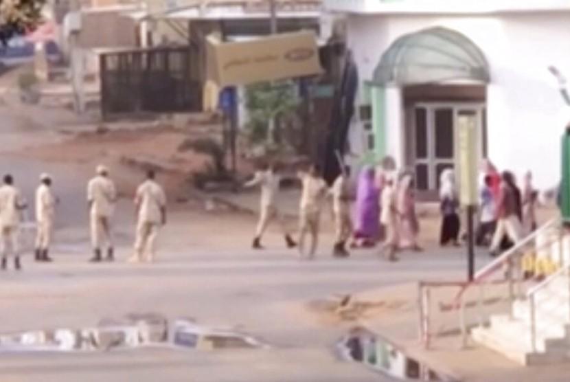 Pasukan keamanan Sudan menggiring warga sipil di Khartoum, Sudan, Senin (3/6). Pasukan keamanan Sudan membubarkan paksa kamp pemrotes.