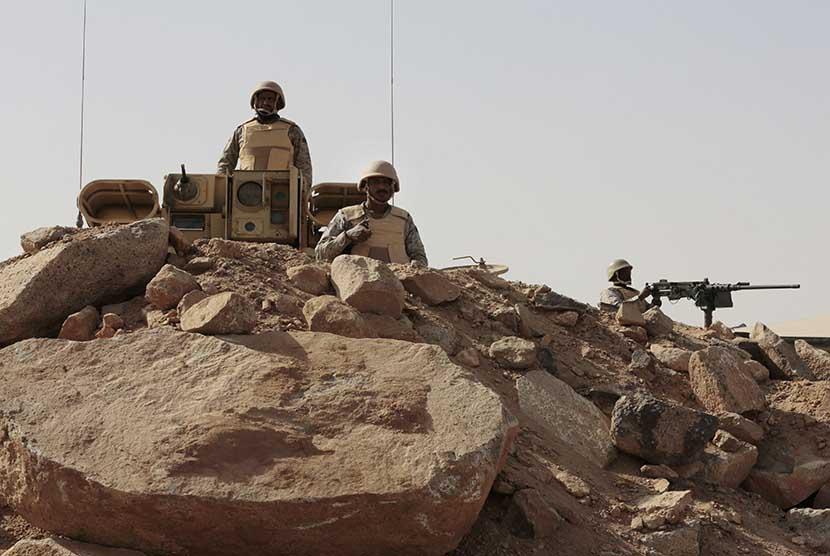 Pasukan militer Arab Saudi berjaga di garis perbatasan dengan Yaman, di Kota Najran.