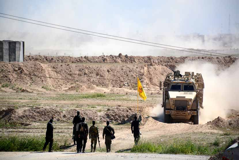 Pasukan militer Irak berjaga-jaga dekat kota Tikrit, selatan Irak, Jumat (13/3).