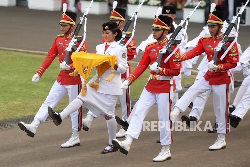 Pasukan Paskibraka melakukan penurunan bendera pusaka merah putih pada Upacara Hari Kemerdekaan ke-72 di Istana Merdeka, Jakarta, Kamis (17/8).