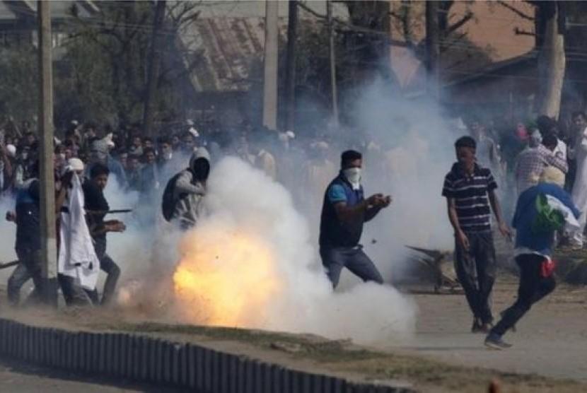 Pasukan pemerintah India menembakkan gas air mata dan menggunakan pentungan untuk membubarkan ribuan demonstran anti-India di bagian India Kashmir
