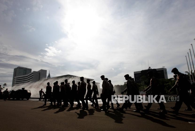 Pasukan pengamanan gabungan mengamankan kawasan Kompleks Parlemen terkait aksi demonstrasi mahasiswa, Jakarta, Kamis (30/3). Ratusan polisi dan Anggota TNI di siagakan untuk mengawal mahasiswa yang tergabung dalam Gerakan Pemuda Bela Bangsa dan Rakyat melakukan demonstrasi terkait kasus Korupsi E KTP sejumlah kasus korupsi terkini.