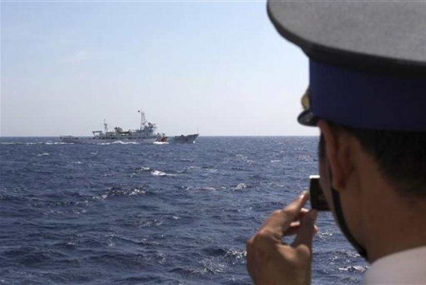Pasukan Penjaga Pantai Vietnam mengabadikan foto kapal Cina yang memasuki perairan Spratly yang disengketakan sejumlah negara.
