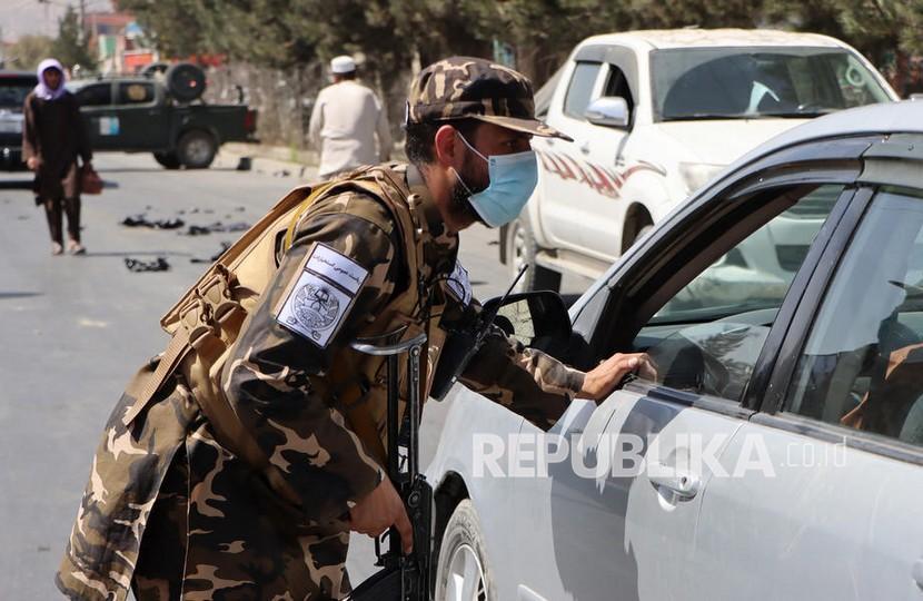 Pasukan Taliban berjaga di pos pemeriksaan pinggir jalan di Kabul, Afghanistan, Kamis (9/10/2021).