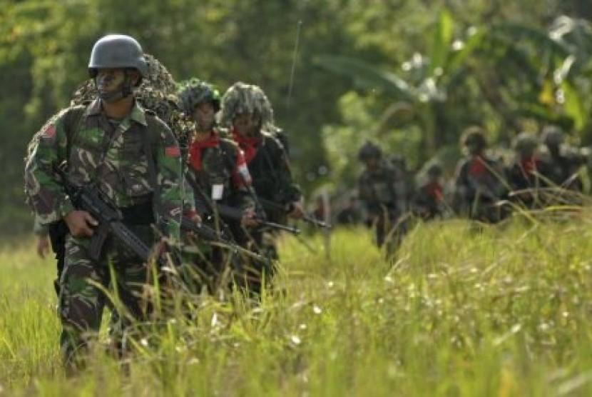 Pasukan TNI melakukan patroli di kawasan yang diperkirakan sebagai tempat latihan teroris di Poso.