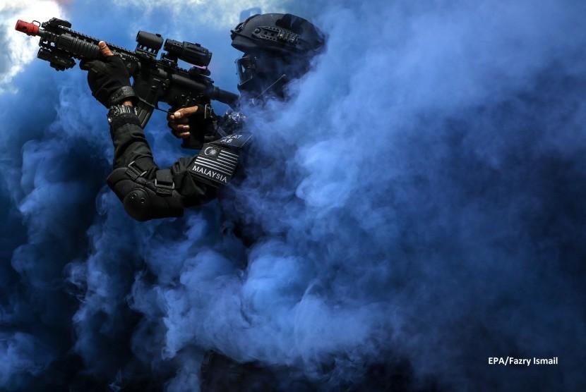 Pasukan unit taktik khusus Kepolisian Malaysian melakukan simulasi penyelamatan tawanan dalam persiapan SEA Games di Kuala Lumpur, Malaysia, pada 20 Juli 2017.
