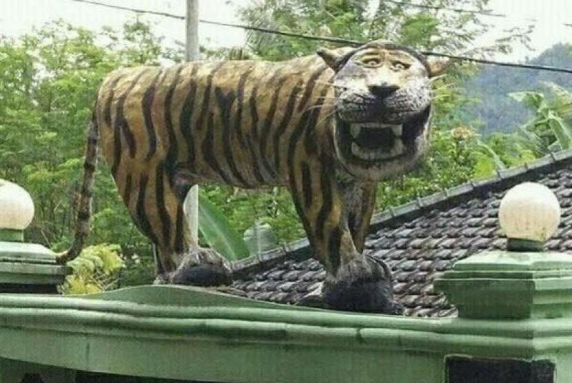 Patung harimau unik di markas Kodam 0611, Komando Rayon Militer 1123 Cisewu, Jawa Barat.