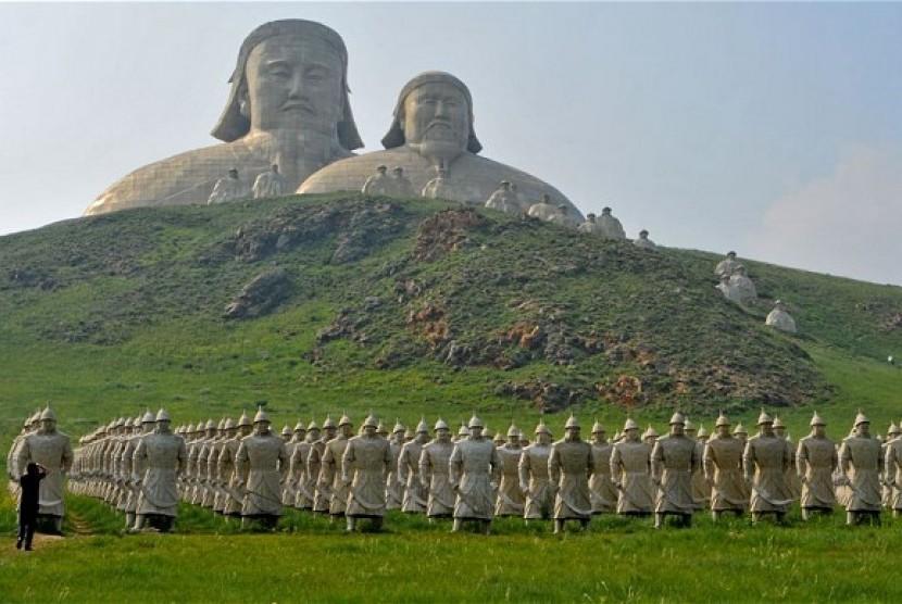 Patung ksatria Mongolia dan Genghis Khan di wilayah Inner Mongolia.