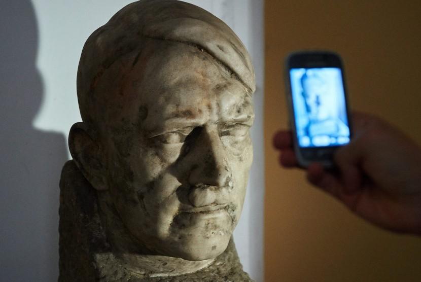 Patung marmer Hitler yang disimpan di sebuah museum di Polandia.
