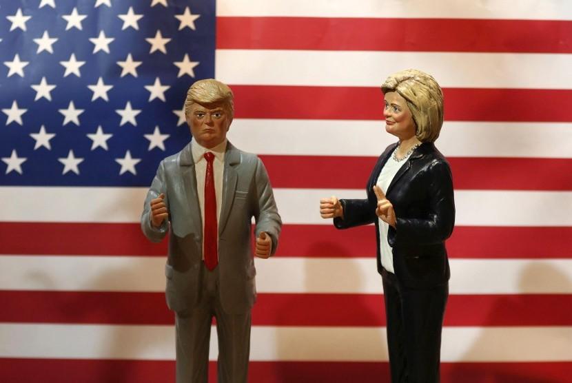 Patung yang menggambarkan calon presiden Donald Trump (kiri), dan Hillary Clinton akan ditampilkan di sebuah toko terkenal, di Naples, Italia.