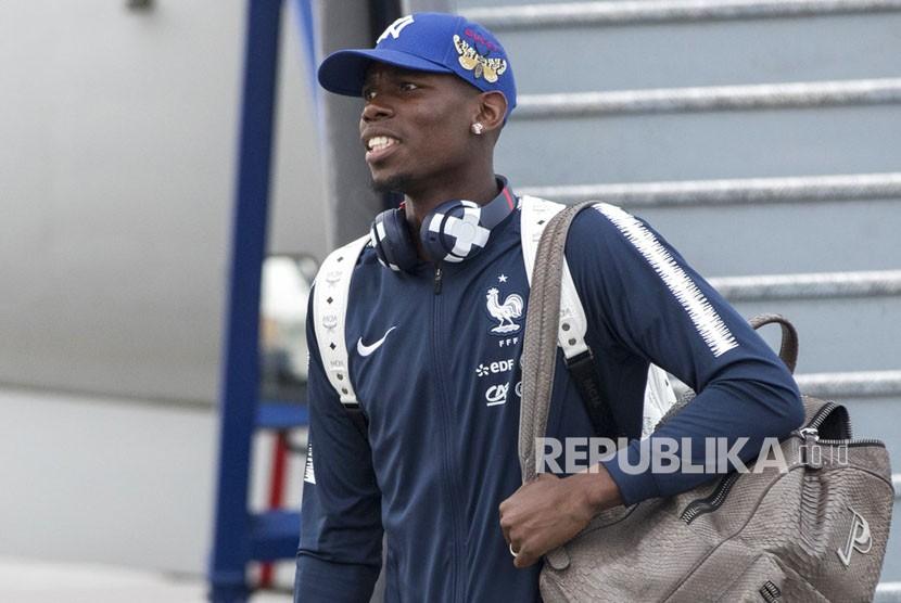 Paul Pogba turun dari pesawat saat tim nasional Prancis tiba di bandara internasional Sheremetyevo, di luar Moskow, Rusia, Ahad (10/6). untuk bertanding di Piala Dunia 2018 di Rusia.