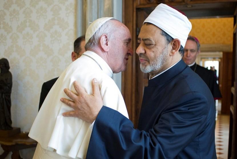Paus Francis berpelukan dengan Imam Besar Masjid Al Azhar, Kairo Syeikh Ahmed al-Tayeb, Senin, 23 Mei 2016.