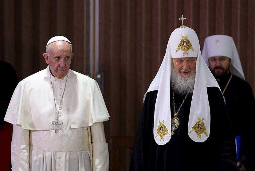 Paus Fransiskus bertemu pemimpin ortodoks Rusia, Patriarch Kirill (kanan) di Kuba.
