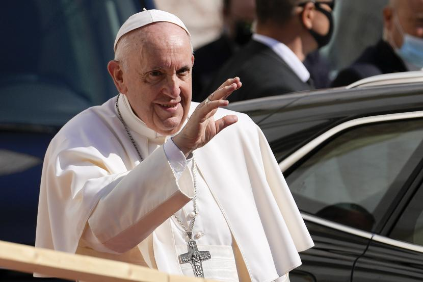 Paus Fransiskus tiba di Katedral Saint Martin, di Bratislava, Slovakia, Senin, 13 September 2021. Fransiskus sedang dalam kunjungan empat hari ke Eropa Tengah, di Hungaria dan Slovakia, dalam kunjungan internasional besar pertamanya sejak menjalani operasi usus di Juli.