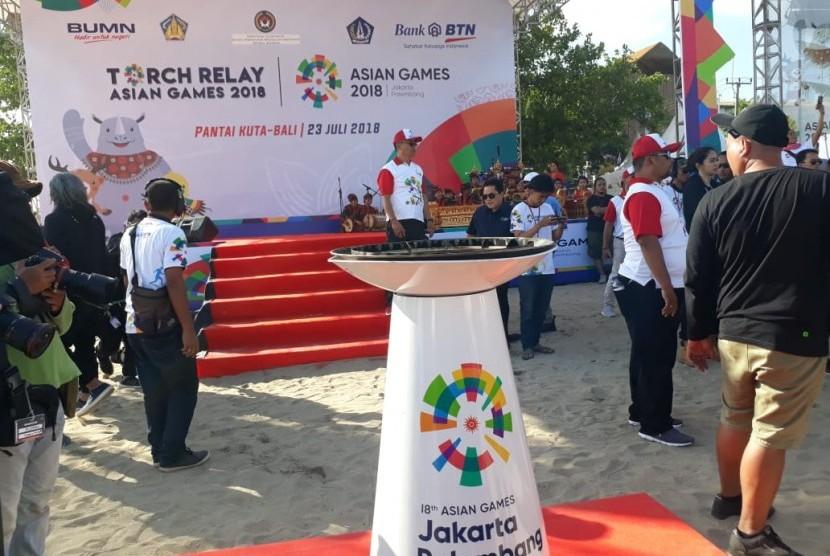 Pawai api obor (torch relay) Asian Games 2018 di Pantai Kuta, Bali, Senin (23/7). Bali menjadi kota ke-20 dari 64 kota di 18 provinsi Indonesia yang disinggahi tim pembawa api obor Asian Games 2018.