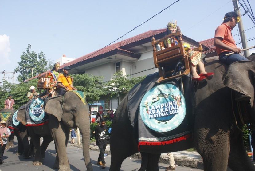 Pawang gajah mengendalikan Gajah Lampung saat karnaval budaya dalam rangkaian Festival Krakatau 2016 di Bandar Lampung, Ahad (28/8).