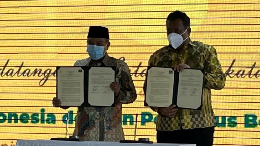 Rektor UI Prof Ari Kuncoro, dan Ketua Umum PBNU Prof KH Said Aqil Siroj menandatangani kesepakatan kerja sama antara UI dan PBNU  di Kampus UI Salemba, Jakarta, Selasa (26/10).