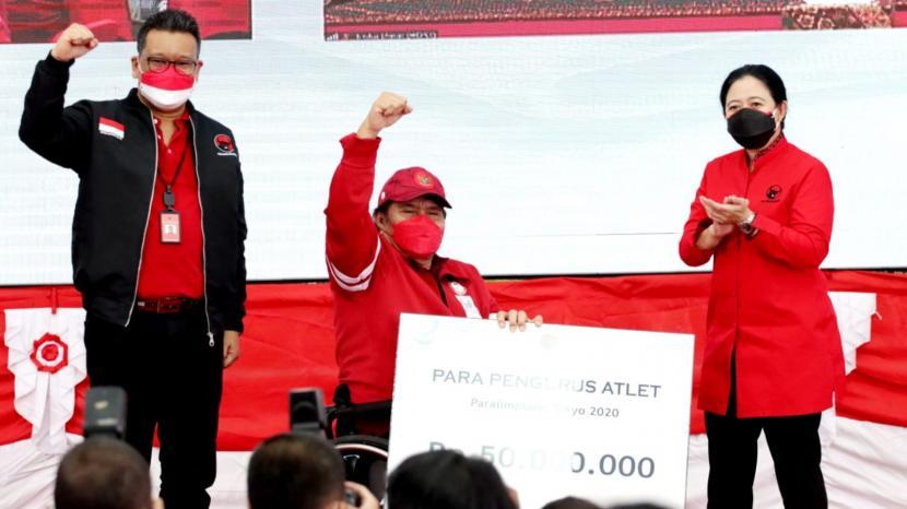 PDIP memberikan penghargaan secara simbolis kepada atlet-atlet paralimpiade.