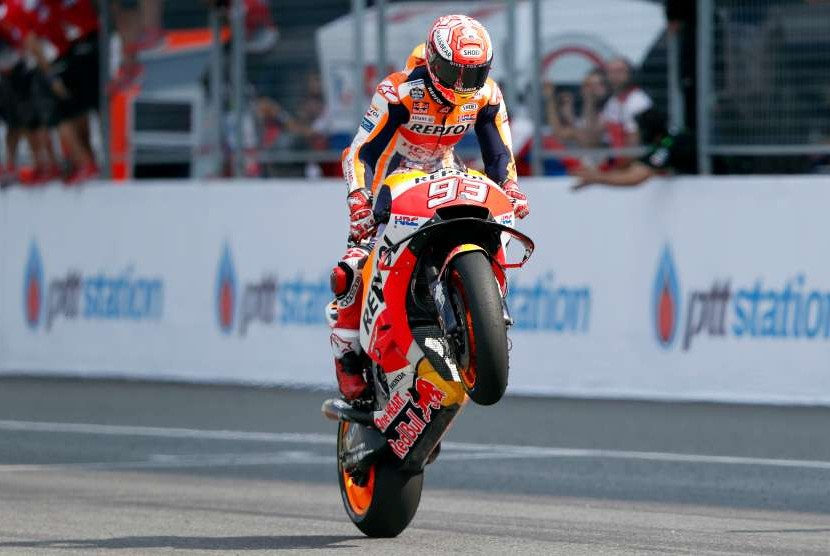 Pebalap asal Spanyol, Marc Marquez dari Tim Repsol Honda merayakan kemenangan MotoGP Thailand, di Sirkuit Internasional Chang di provinsi Buriram, Thailand, Minggu (7/10).