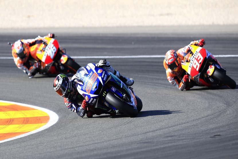 Pebalap Spanyol, Jorge Lorenzo (dua kanan), memimpin di depan Marc Marquez (kanan) dan Dani Pedrosa dalam balapan seri GP Valencia di Sirkuit Ricardo Tormo, Valencia, Spanyol, Ahad (8/11).