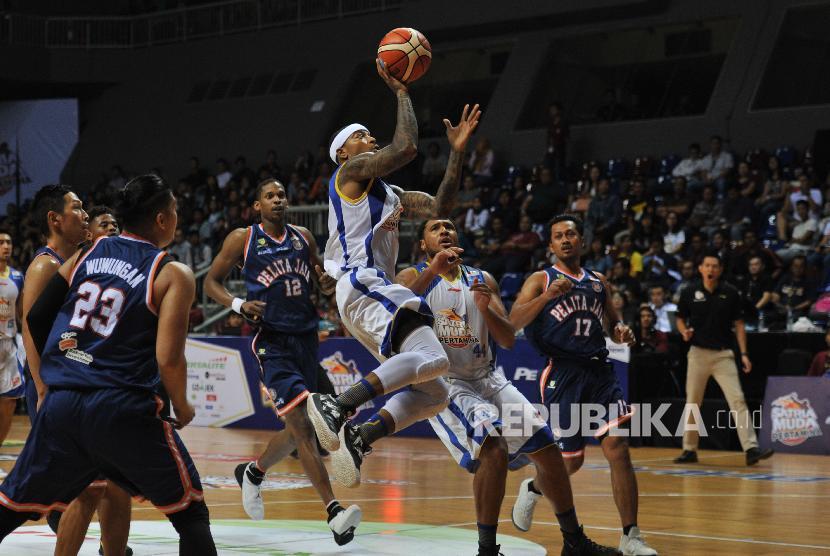 Pebasket Satria Muda Pertamina Jamarr Andre Johnson melakukan lay up melewati hadangan pemain Pelita Jaya pada pertandingan final pertama IBL 2018 di Britama Arena, Kelapa Gading, Jakarta Utara, Kamis (19/4) malam.