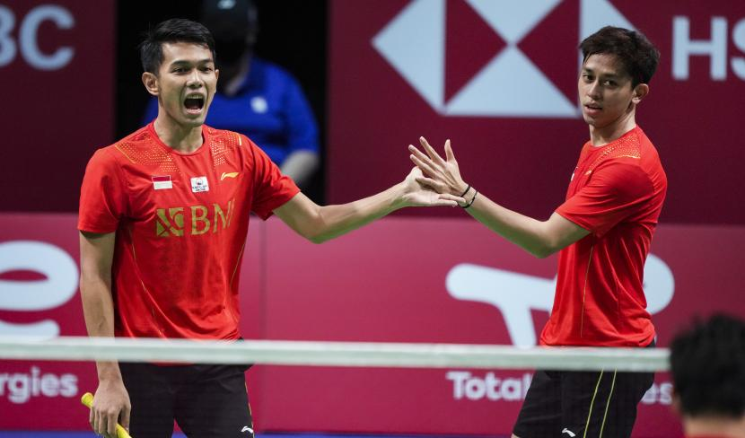 Pebulu tangkis Indonesia Fajar Alfian (kiri) dan Muhammad Rian Ardianto beraksi saat pertandingan ganda putra dalam pertandingan final bulu tangkis Piala Thomas antara China dan Indonesia, di Aarhus, Denmark, 17 Oktober 2021.