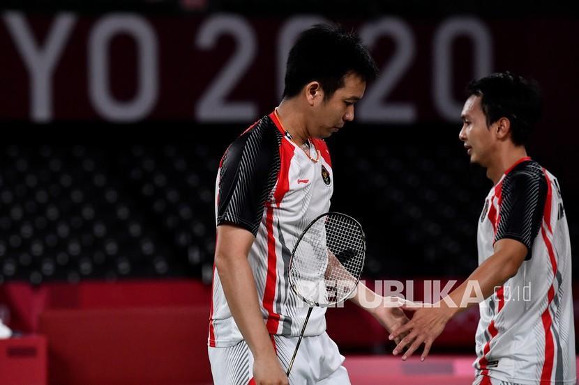 Pebulu tangkis ganda putra Indonesia Mohammad Ahsan/Hendra Setiawan bersalaman seusai kalah dari ganda putra Taiwan Lee Yang/Wang Chi-Lin di semifinal Olimpiade Tokyo 2020.
