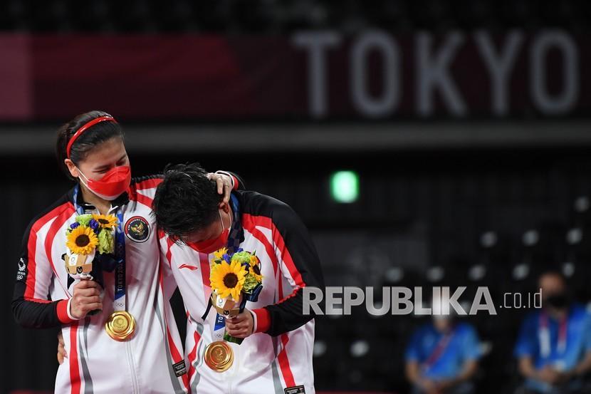 Pebulu tangkis ganda putri Indonesia Greysia Pollii (kiri) dan Apriyani Rahayu terharu saat mendapatkan medali emas Olimpiade Tokyo 2020 di Musashino Forest Sport Plaza, Tokyo, Jepang, Senin (2/8/2021). Greysia Pollii/Apriyani Rahayu meraih medali emas setelah mengalahkan ganda putri Cina Chen Qing Chen/Jia Yi Fan, 21-19 dan 21-15.