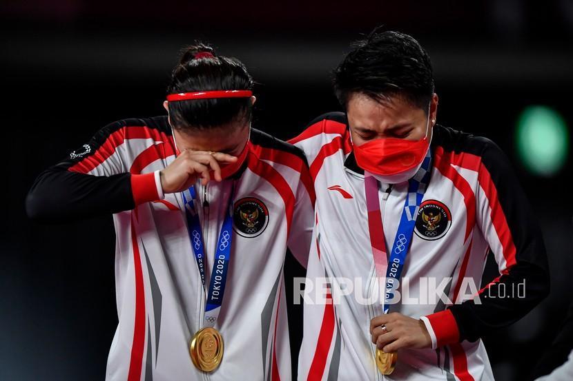 Pebulutangkis ganda putri Indonesia Greysia Pollii/Apriyani Rahayu terharu saat mendapatkan medali emas Olimpiade Tokyo 2020 di Musashino Forest Sport Plaza, Tokyo, Jepang, Senin (2/8/2021). Greysia Pollii/Apriyani Rahayu meraih medali emas setelah mengalahkan ganda putri China Chen Qing Chen/Jia Yi Fan 21-19 dan 21-15.