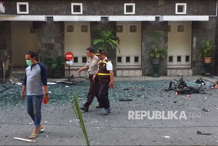 Pecahan kaca di Gereja Santa Maria akibat serangan bom, Ahad (13/5).
