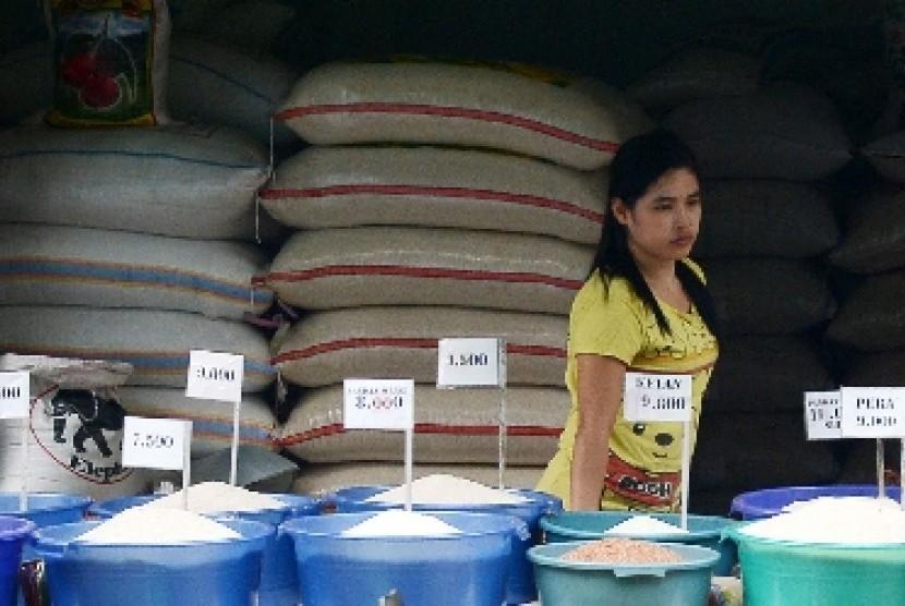 Pedagang beras dengan bermacam harga.