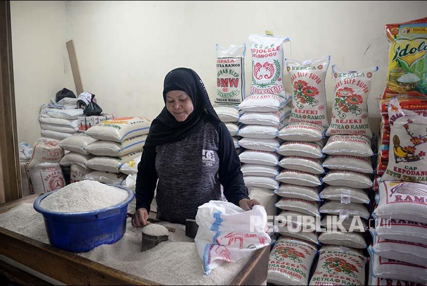 Pedagang beras melayani pembeli di Pasar Santa, ilustrasi
