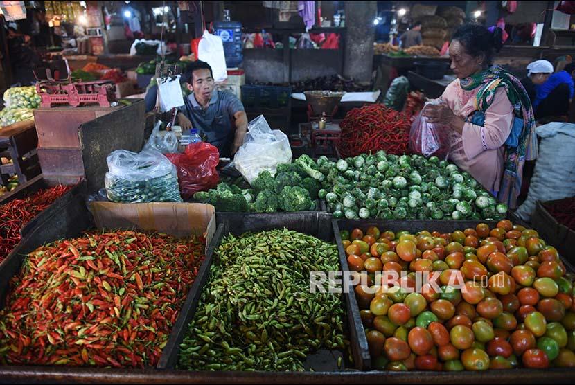 Pedagang bertransaksi dengan pembeli di Pasar Senen, Jakarta, Selasa (10/10). Berdasarkan Indeks Penjualan Riil (IPR) yang dirilis Bank Indonesia, penjualan eceran pada Agustus 2017 meningkat 2,2 persen (yoy) dimana peningkatan tertinggi terjadi pada kelompok makanan termasuk cabai, tomat, yang tumbuh 7,9 persen (yoy).
