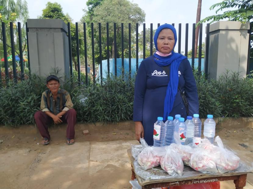 Pedagang bunga dan air mawar di Tempat Pemakaman Umum (TPU) Karet Bivak, Jakarta, Kamis (13/5).
