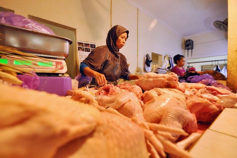 Pedagang daging ayam.