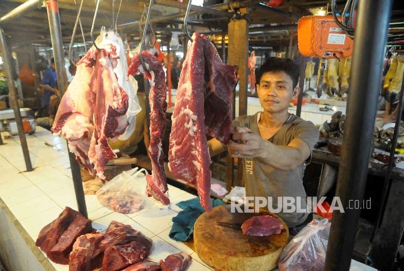 Pedagang daging di Pasar Senen, Jakarta.
