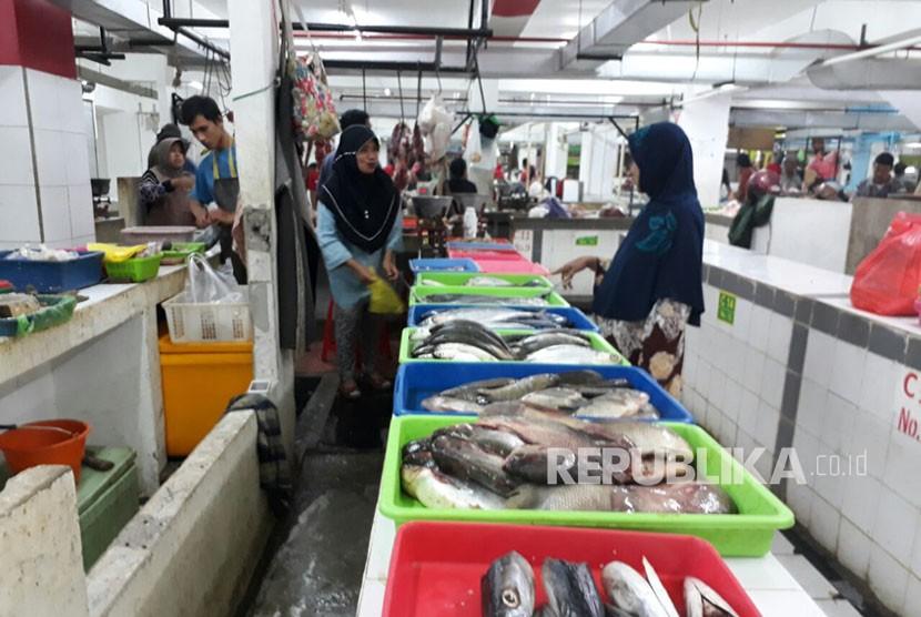 Pedagang di Kota Malang menjual sejumlah jenis ikan laut yang saat ini dianggap sangat terbatas stoknya di Pasar Dinoyo Kota Malang. Kondisi ini membuat pedagang terpaksa menaikan harga jual ikan mereka kepada masyarakat.