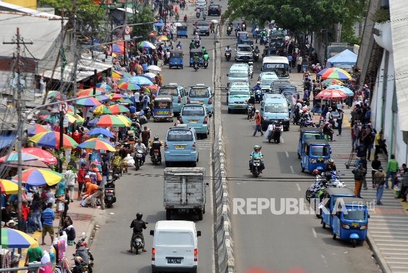 Pedagang kaki lima (PKL) berjualan di sepanjang pedestrian di kawasan Tanah Abang, Jakarta Pusat. ilustrasi